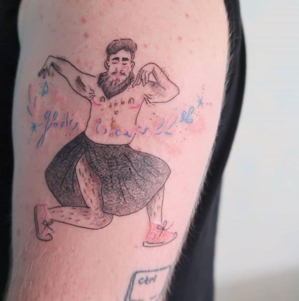 tatouage en couleur d'une personne non-binaire