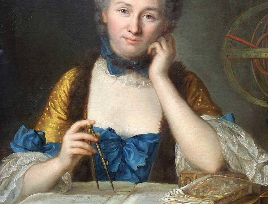 Tableau, peinture de la mathématicienne Emilie du Chatelet, un compas à la main tournant sur un grand livre. Elle nous regarde, vêtue d'une robe d'époque dorée et bleu. Un gros noeud bleu sur sa poitrine et un ras du cou bleu et dentelles blanches