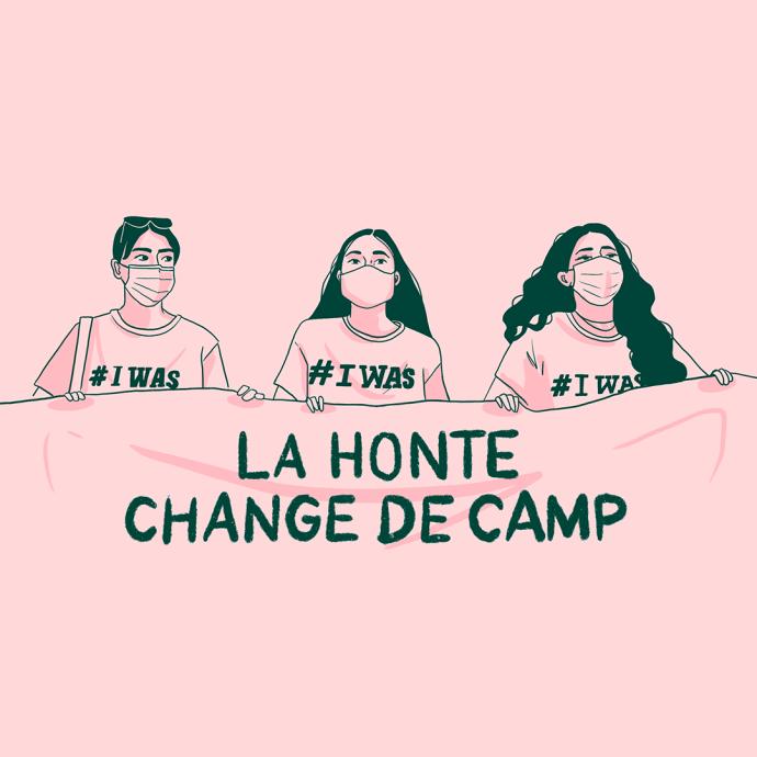 Trois femmes portant des t-shirts Iwas tiennent une banderole La honte change de camp