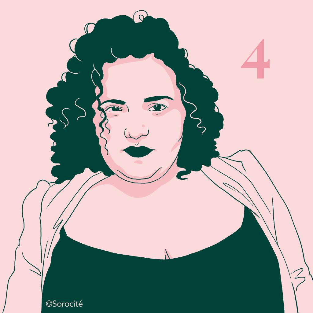 Leslie Barbara Butch en format portrait de face, cheveux foncés bouclés avec le numéro 4 inscrit à droite