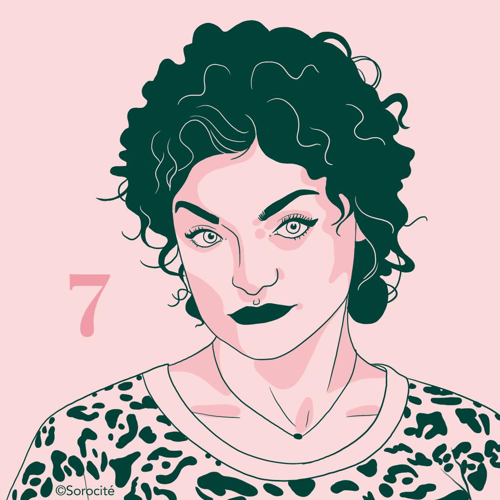 Fioana Schmidt, dessinée en format portrait, cheveux bouclés au dessus des oreilles, collier très fin au cou et top motifs panthères.