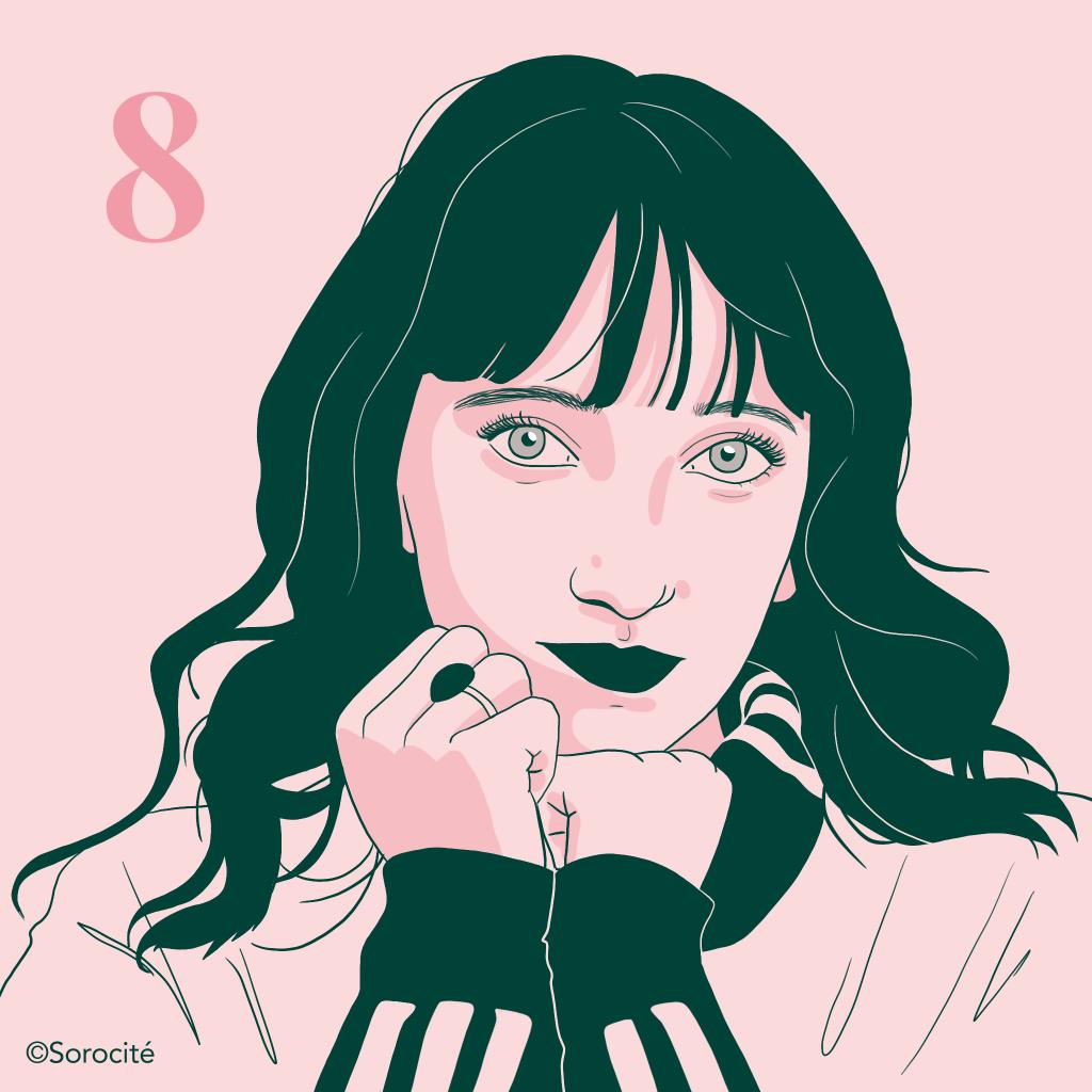 Portrait, femme aux cheveux longs détachés en sweet à col roulé et une bague à la main de gauche. Numéro 8.