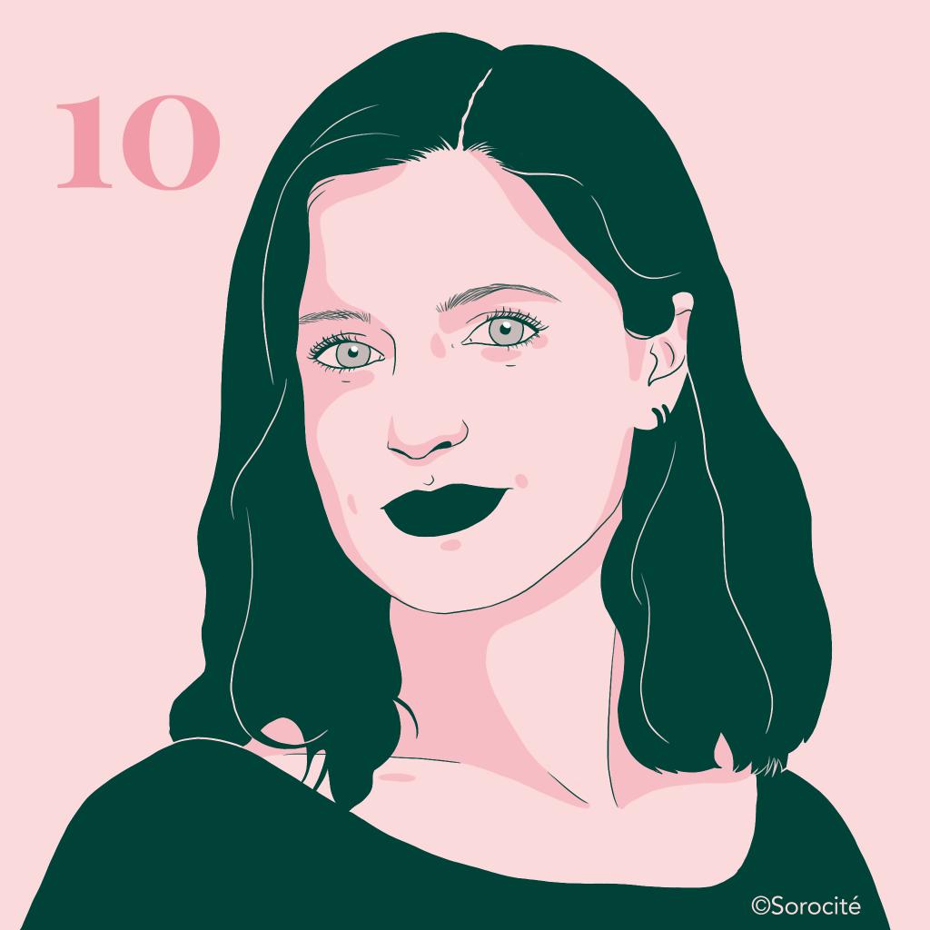Rebecca Amsellem en format portrait cheveux mi-longs avec des petits anneaux à l'oreille à droite. Numéro 10 à côté de sa tête.