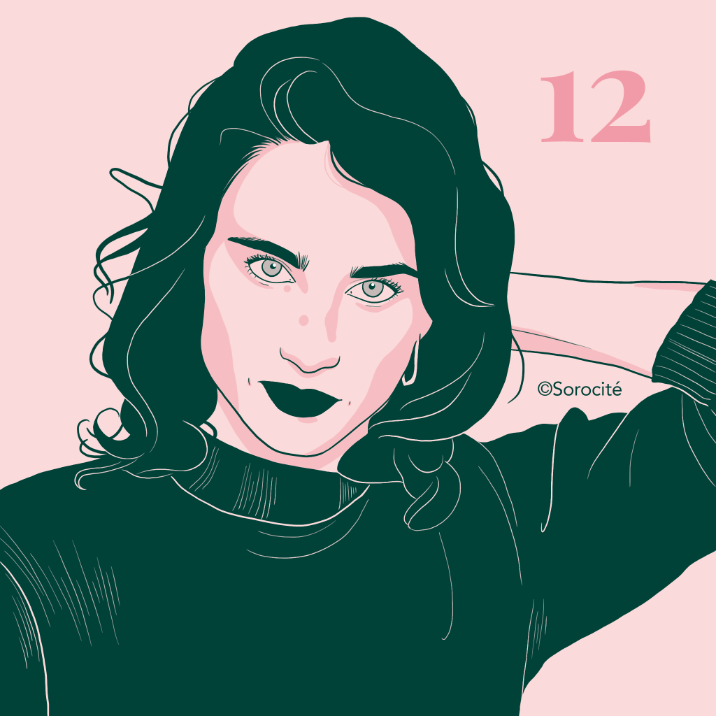 Format portrait d'Adèle Haenel, cheveux mi-longs la main derrière la tête avec le chiffre 12 à droite.