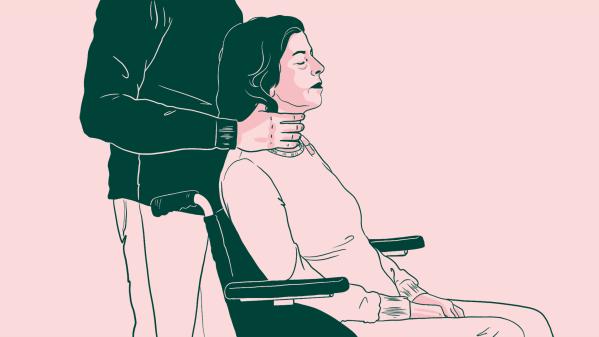 Un homme enserre le coup d'une femme en fauteuil roulant