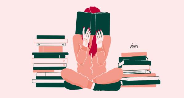 Femme lisant des un livre au milieu de deux piles de livres