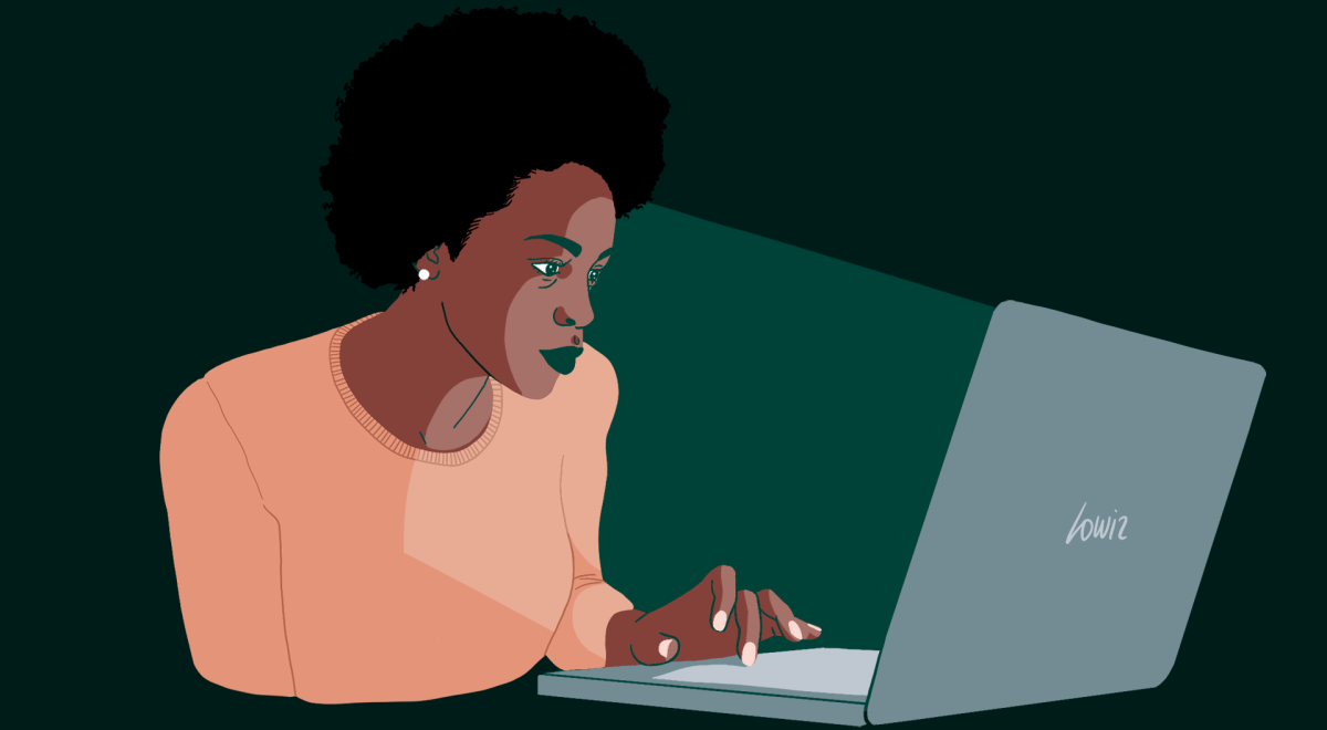 Femme dont le visage est éclairé par son écran d'ordinateur